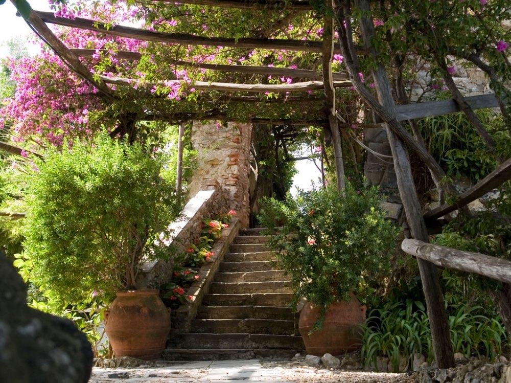 Escalier ext rieur garni de plantes et de pots en terre cuite for Escalier en terre