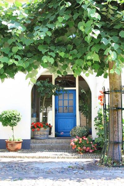 Vue sur une porte de maison bleue avec des carreaux depuis for Portent une maison lacustre